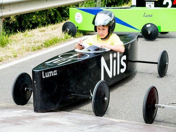 Ein Pilot wartet geduldig auf den Start. Er heißt Nils.