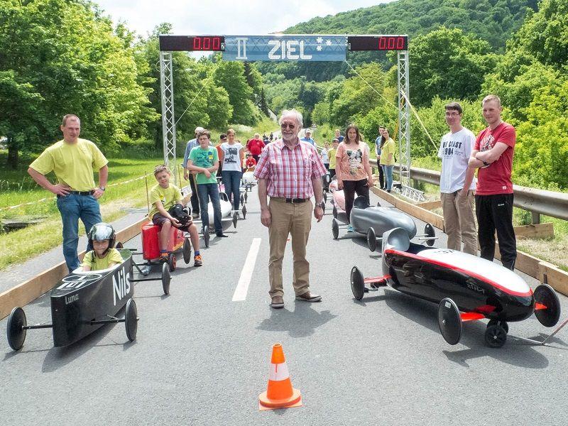 Seifenkistenrennen in Klüsserath. Renn-Chef Norbert Friedrich mit seinen Piloten und vielen Helfern