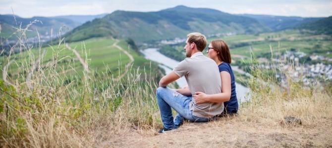 Angelina und Kilian Franzen ernten im steilsten Weinberg Europas