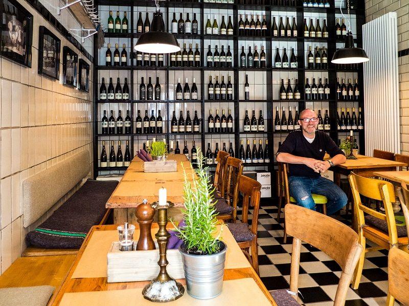 Moselwein bis unter die Decke. Ralf Horstmann im Restaurant Ochs.