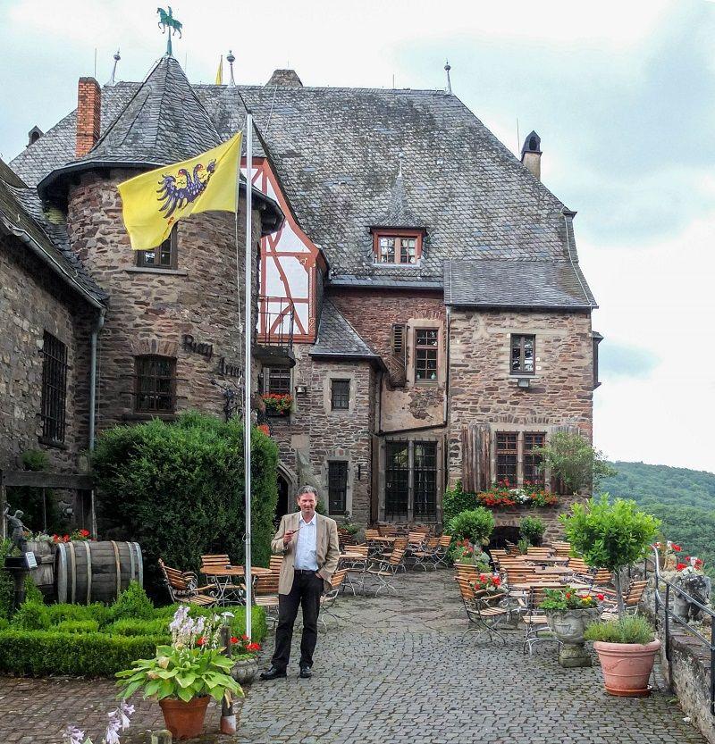 Burg Arras; Mosel, Alf, Besitzer Roman Keuthen