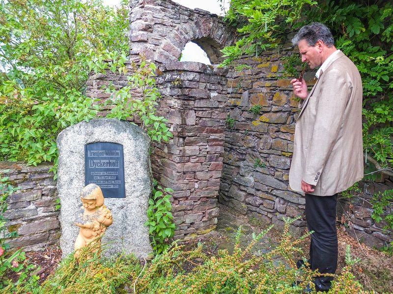 Burgherr Roman Keuthen am Grab von Traugott Wilhelm Dykerhoff.