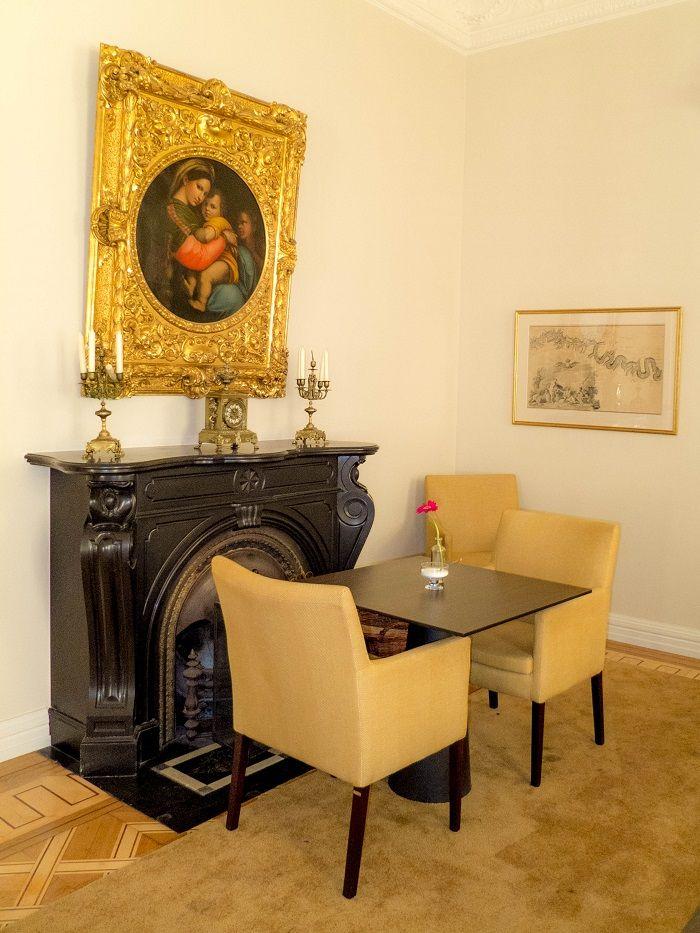 Elegante Möbel, Antiquitäten und Gemälde im Café K.