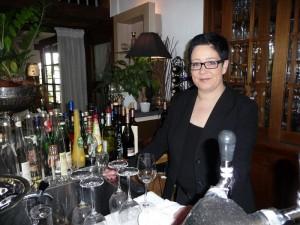 Doreen Sömisch steht hinter dem Tresen im Rittersturz.
