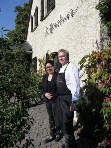 Doreen Sömisch und Volker Kruft vor ihrem Restaurant Rittersturz.