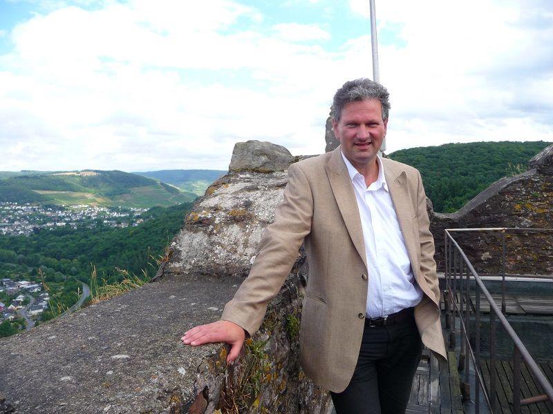 Burgherr Roman Keuthen auf dem Bergfried von Burg Arras.