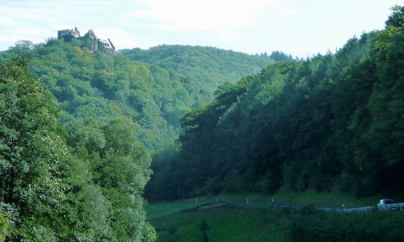 Das Rittersturz liegt am Fuße der Ruine von Schloss Veldenz.