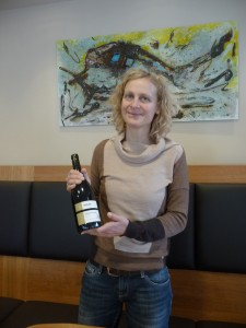 Andrea Regnery zeigt Spätburgunder.