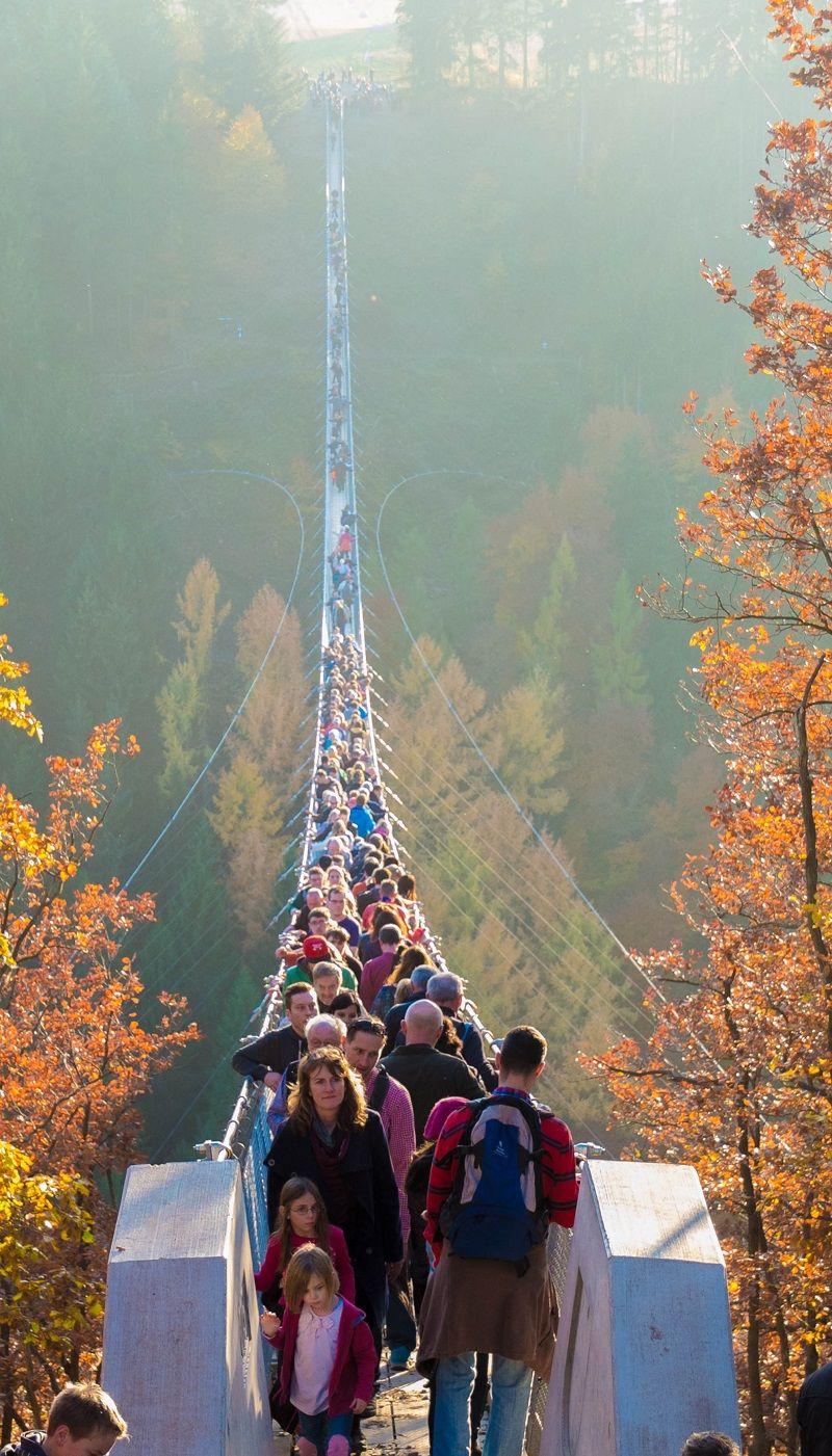 Hunderte schieben sich über die Hängebrücke.