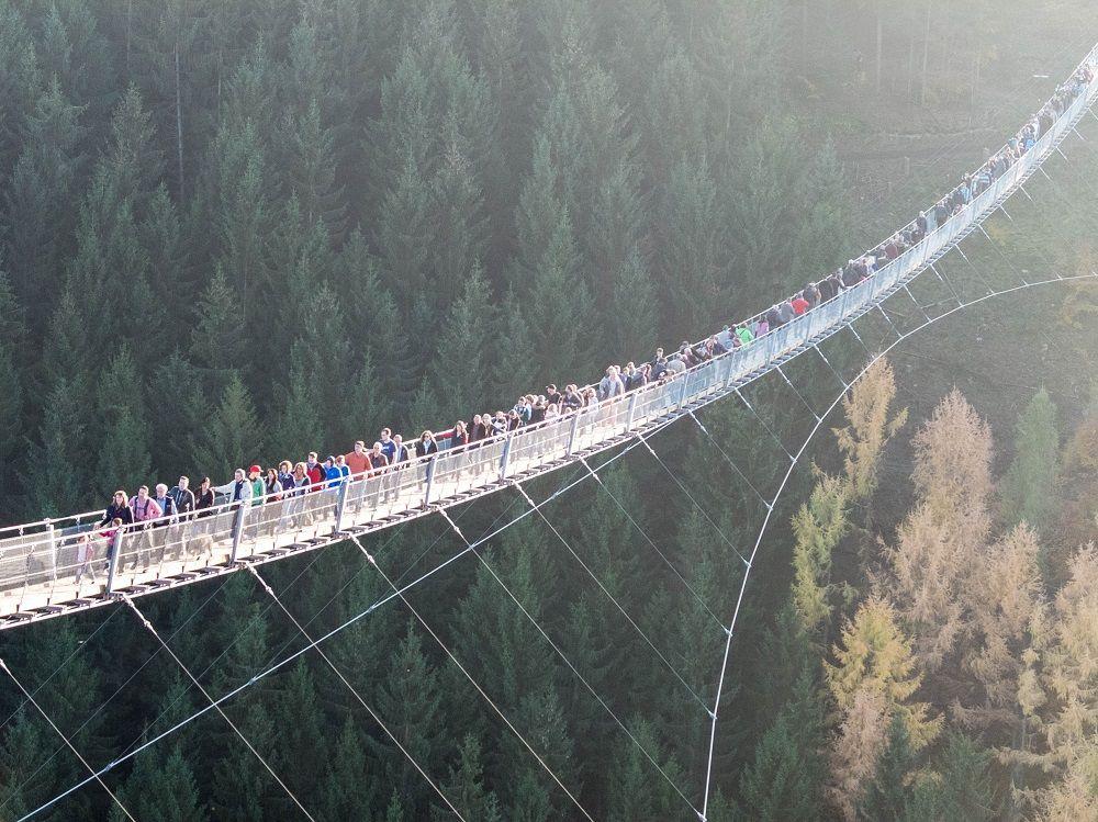 Hunderte ziehen über die neue Hängebrücke im Hunsrück.