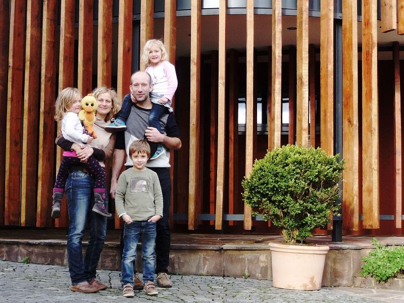 Die Familie Regnery vor ihrer Vinothek.