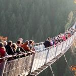 Menschen auf der Hängebrücke