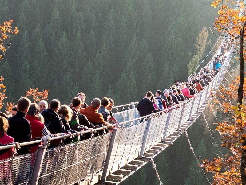 Auf der Hängebrücke drängeln sich die Menschenmassen.