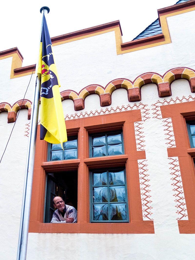 Gerhard W. Kluth sieht aus dem Fenster des Cusanus-Geburtshaus.