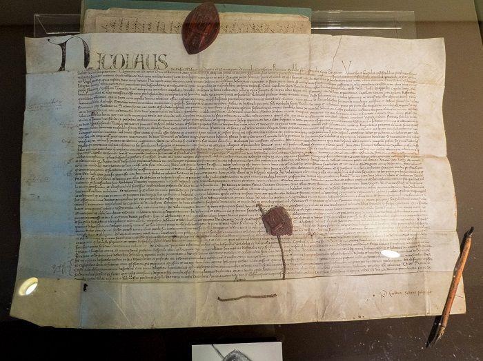Die Stiftungsurkunde des St.Nikolaus-Hospitals, ausgestellt im Cusanus Geburtshaus.