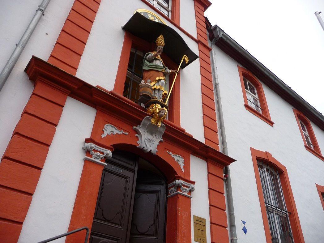 Die prächtige Fassade des Cusanusstift.