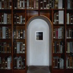 Cusanusstift: Ein Fenster in der Bibliothek geht auf den Altarraum.