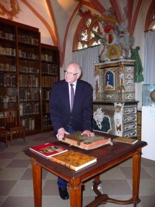 Rektor Leo Hofmann in der Bibliothek des Cusanusstift.