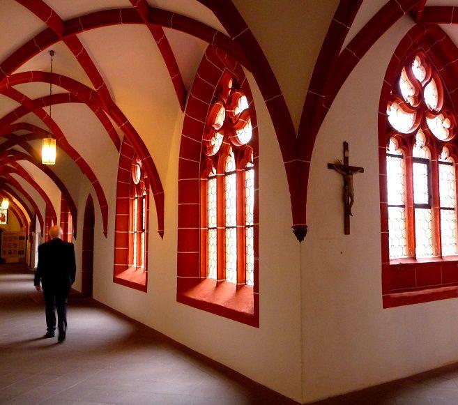 Cusanusstift: Der Kreuzgang gehört zu den schönsten gotischen Bauten an der Mosel.