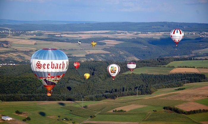 Ballone fliegen um die Wette.