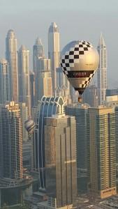 Ein Schroeder-Ballon vor einer Hochhaus-Kulisse in Dubai.