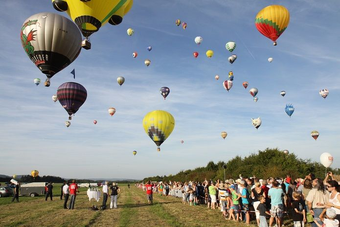 Bei der Mosel Ballon Fiesta im August heben rund 80 Ballone ab.