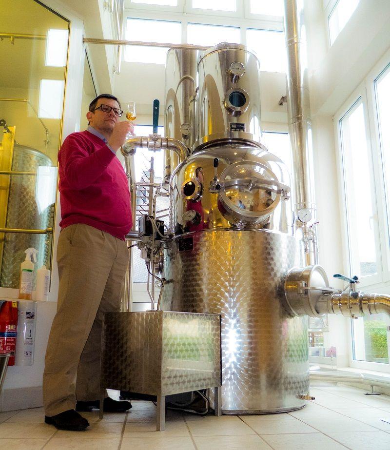 Edelbrenner Hubertus Vallendar vor der Destille.