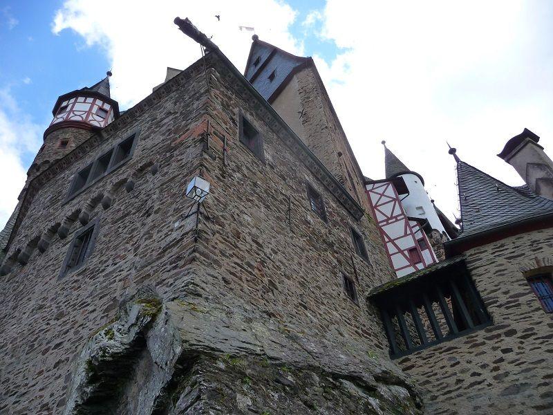 Die Fassade der Burg Eltz.