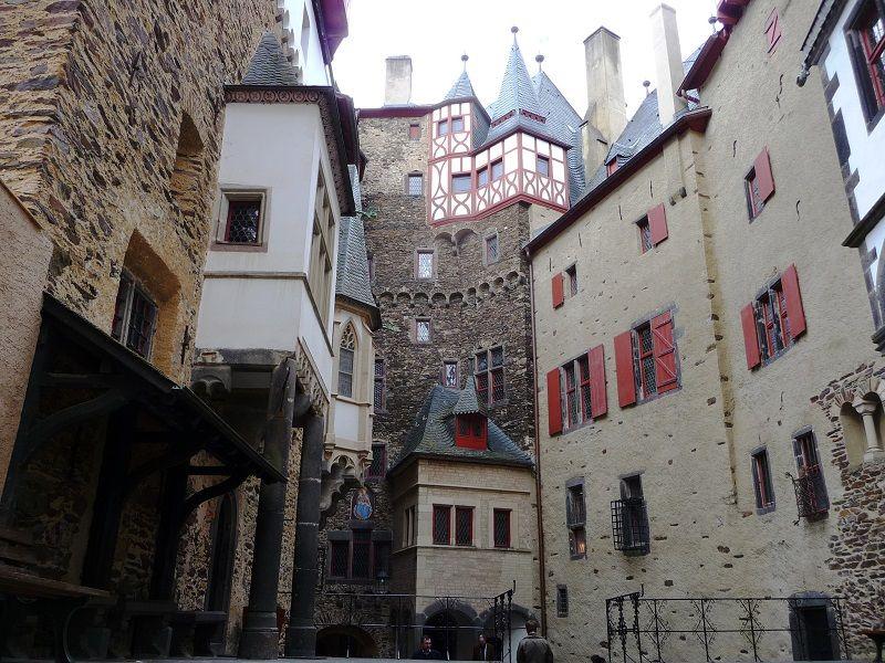 Der Innenhof der Burg Eltz.