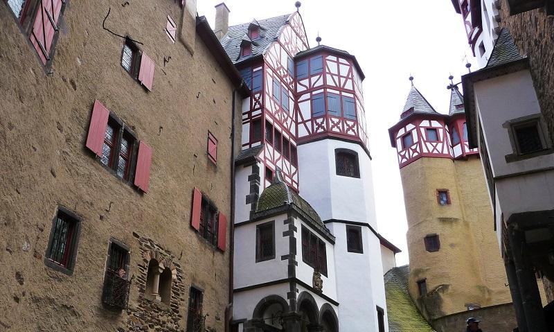 Türmchen sich um den Innenhof der Burg Eltz.