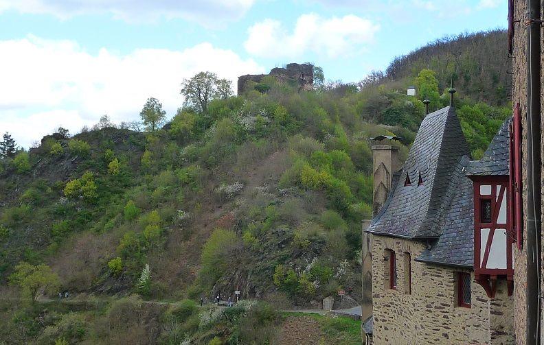 Blick von der Burg Eltz auf den Waldpfad und die Burg Trutzeltz.