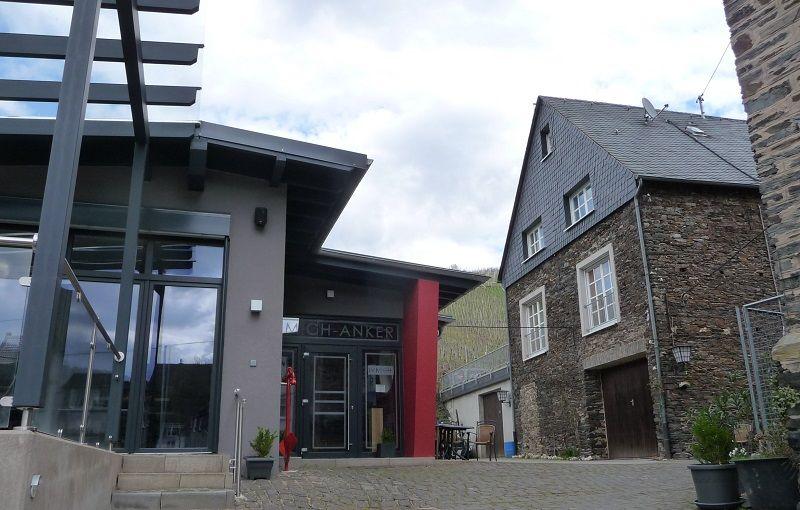 Die Vinothek und Gästewohnungen (rechts) im Weingut Immich-Anker