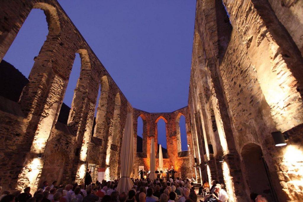 Die beleuchtete Ruine des Klosters Stuben