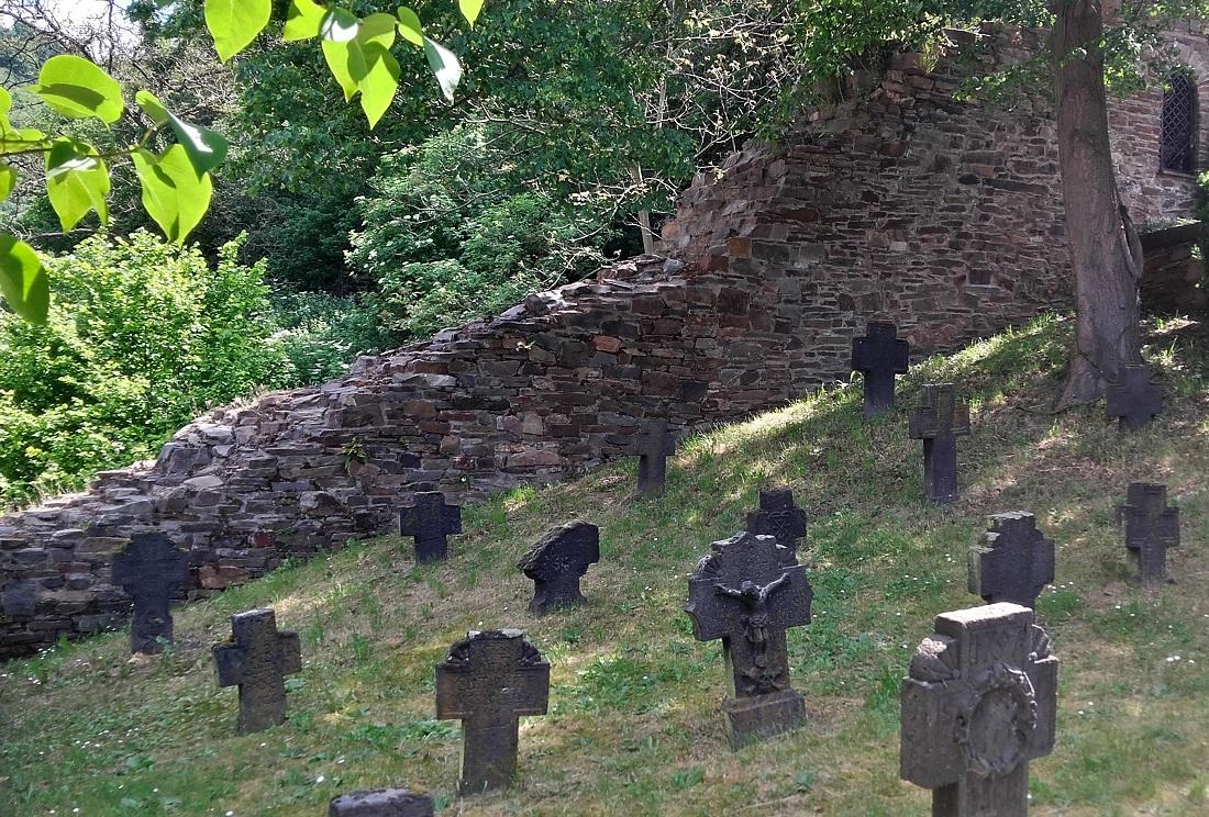 Alken, alter Friedhof, Basaltkreuze