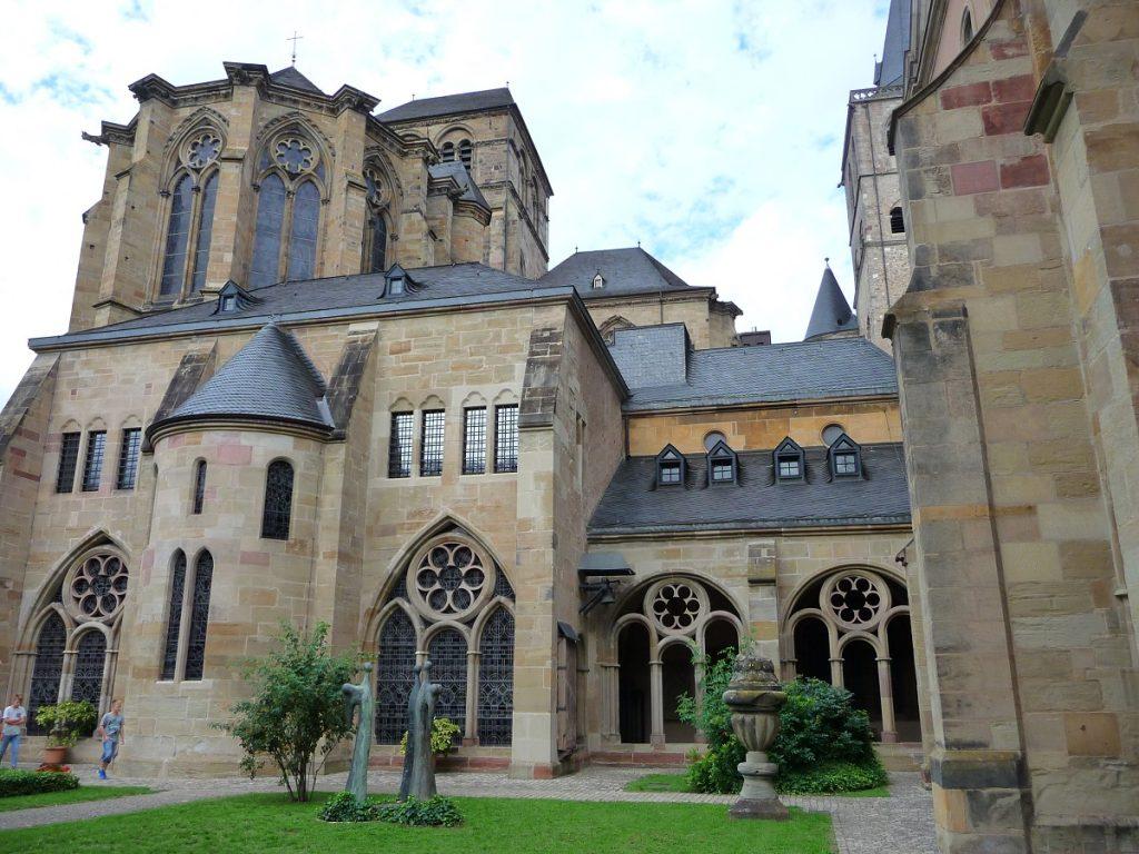 Trierer Dom, Kreuzgang, Friedhof
