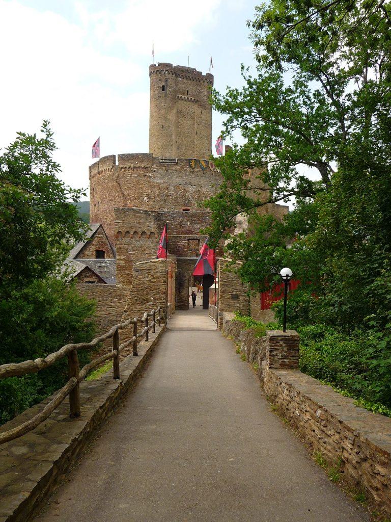 Orte wie im Märchen, Mosel, Eingang zur Ehrenburg
