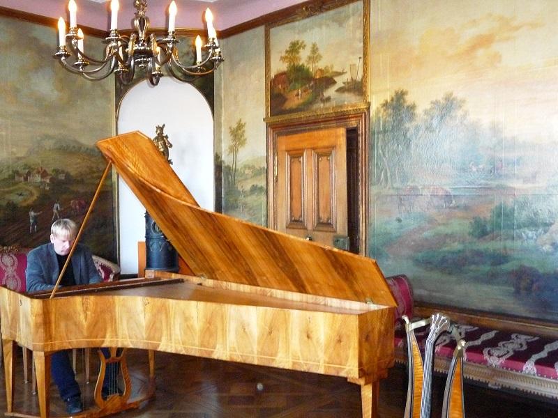 Christof Krieger spielt am Flügel im Mittelmosel-Museum.