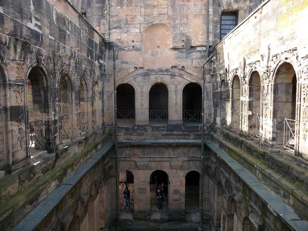 Fensterbögen und Gänge in der Porta Nigra