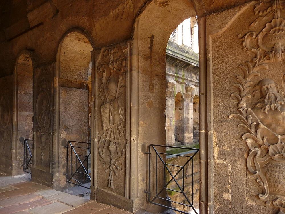 Reliefs in den Wänden der Porta Nigra.