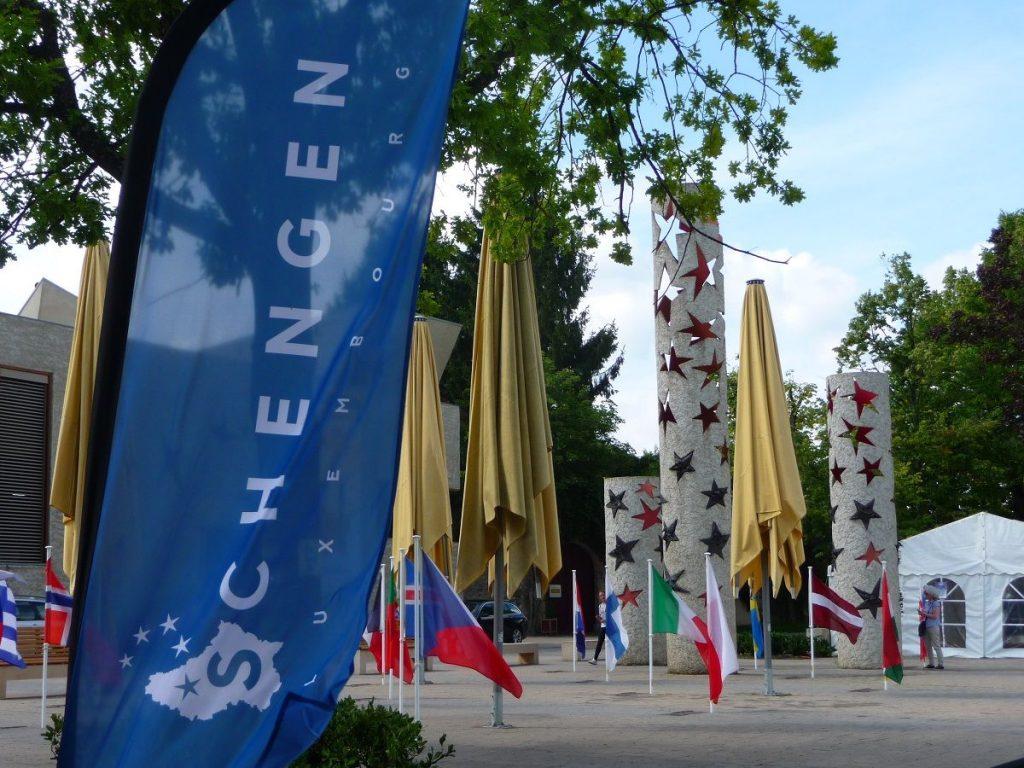 Schengen, Luxemburg, Abkommen, Flaggen und Nationalsäulen