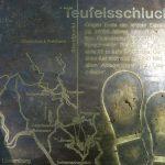 Bronzetafel am Eingang der Teufelsschlucht.