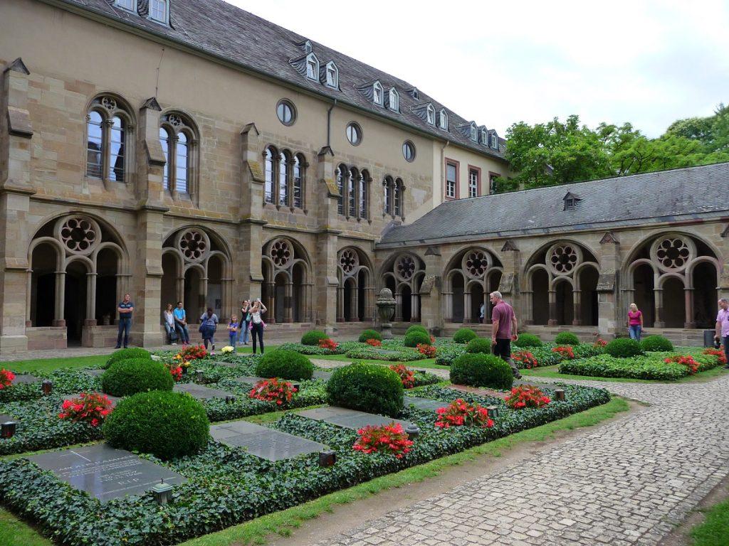 Trier Dom, Friedhof