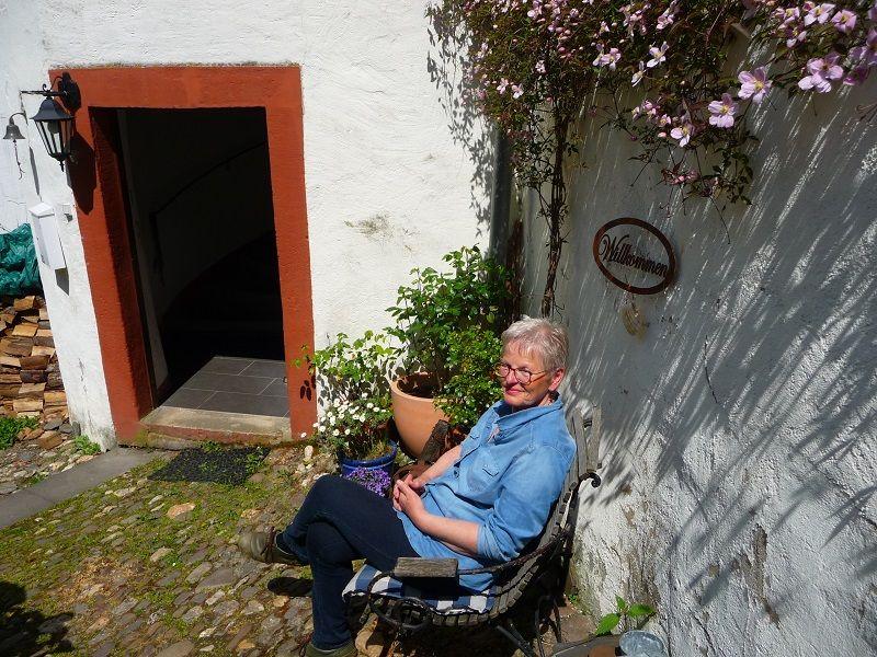 Ulrike Böcking vor der Alten Lateinschule in Traben-Trarbach.