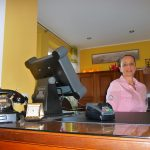 Betriebsleiterin Christine Enk an der Rezeption im Hotel Vintage